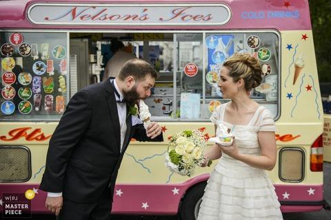 La novia y el novio de Londres comen helado después de la boda - Foto de reportaje de boda de Inglaterra con un camión de helados