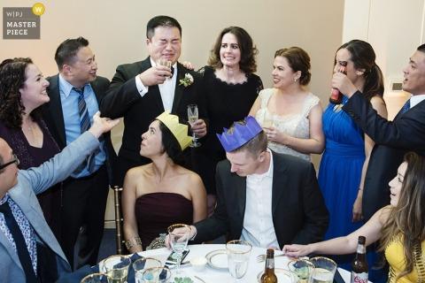 La novia y el novio de San Francisco llevan coronas en la recepción - Fotografía de boda en California