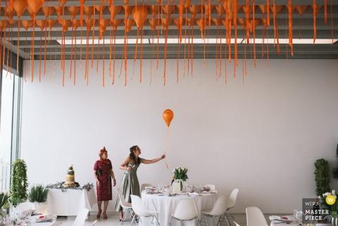 De vrouw die van Londen ballons klaar voor de ontvangst krijgt - de fotografie van de huwelijksreportage van Engeland