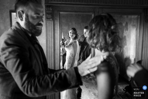 Ein Vater grüßt seine Tochter ein letztes Mal vor ihrem großen Hochzeitstag. Ausgezeichnetes Bild von einem Hochzeitsfotografen aus Trapani, Sizilien.
