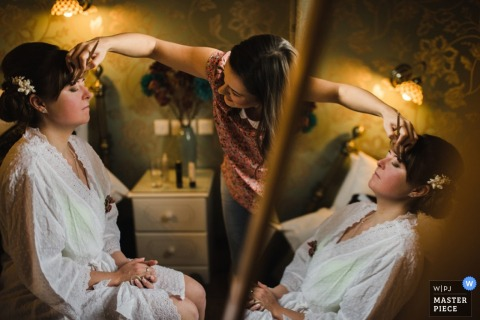 得到她的幫助的曼徹斯特新娘在婚禮前組成 - 英國婚禮攝影