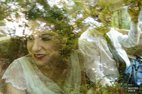Rom-Braut und Bräutigam, die heraus das Fenster des Autos nach der Hochzeit - Lazio-Hochzeitsfoto schauen