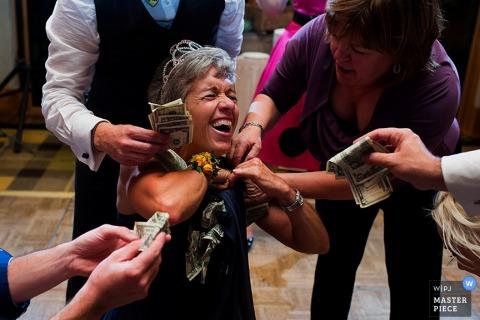 Invités de Carson City donnant de l'argent sur la piste de danse