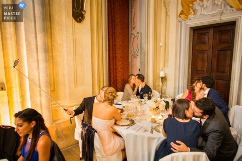 Turin bridal party all kiss at the table while taking a picture | Piedmont wedding photo