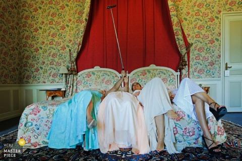 De bruid en de bruidsmeisjes van Lyon nemen selfie op een bed | Lyon trouwfoto