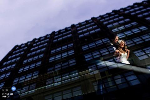 Manhattan Braut und Bräutigam tanzen in der Reflexion | New York City Hochzeit Fotojournalismus