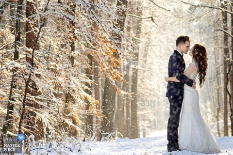 Mielec braut eine bräutigam umarmung im schnee | Podkarpackie Hochzeitsfoto