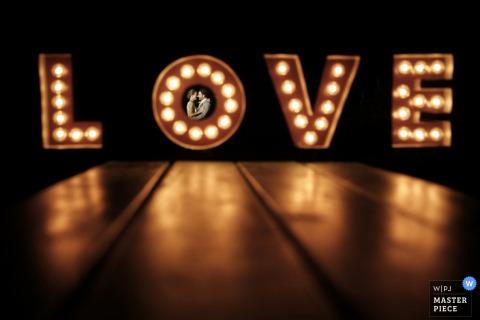 LOVE sign wedding photograph from Ottawa dance floor | Ontario trouwfotografen
