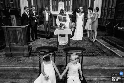 De kinderen van Montpellier houden handen tijdens de ceremonie Fotojournalistiek van de bruiloft in Hérault
