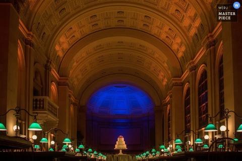 Een bruidstaart in Boston die in een grote ruimte zit Massachusetts huwelijksfotografie