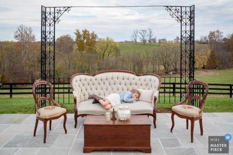 La bambina a Washington DC si stanca sul divano al matrimonio | Foto del distretto di Columbia