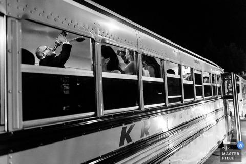Philadelphia-Brautparty, die Getränke auf einem Bus genießt | Pennsylvania Hochzeit Fotojournalist
