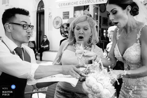 Boston bruid, gast en server drinken een drankje bij de receptie | Massachusetts huwelijksfotograaf