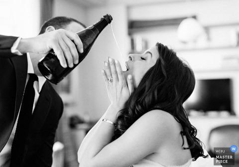 Van de het bestemmingshuwelijk van Brooklyn de ontvangstfoto van bruidegomgoud Champagne in mond van bruid in NY