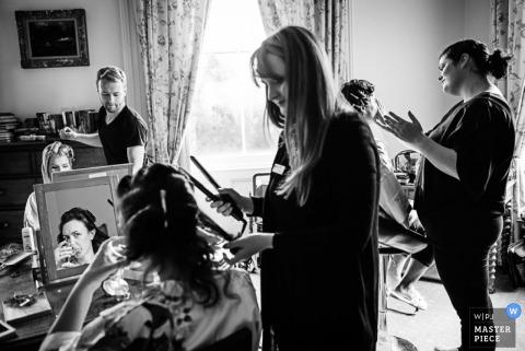 Fotografía de la boda de Ljubljana de la novia de Eslovenia y la dama de honor preparándose
