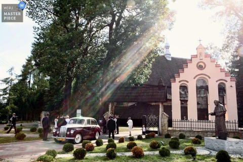 Mielec-Weinleselimousine außerhalb der sonnigen Kirche