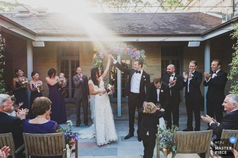 Invitados de Nueva Gales del Sur aplauden a los novios recién casados | Australia foto de boda