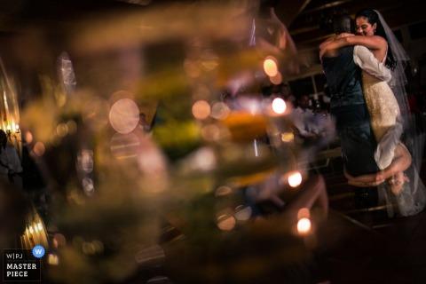 Imagen de la recepción nupcial de una pareja bailando con poca luz por el fotógrafo de bodas de Lisboa