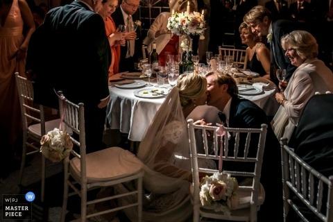 Toronto Braut und Bräutigam Kuss an der Rezeption   Ontario Hochzeitsfotografie