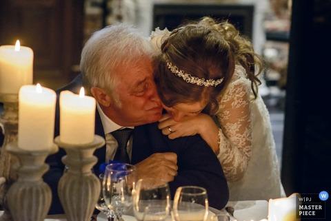 Une épouse de Flandre orientale serre son père dans ses bras lors de la réception | Photo de mariage en Flandre