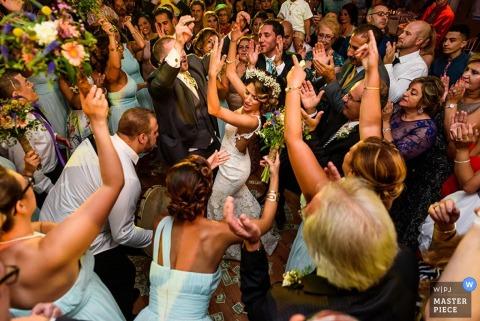 Die Gäste von Philadelphia umgeben Braut und Bräutigam beim Tanzen Pennsylvania Hochzeitsfoto