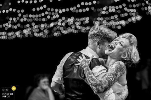 Foto di ricevimento di nozze in bianco e nero della Pennsylvania della sposa e dello sposo che ballano dal fotografo di matrimoni di Philadelphia