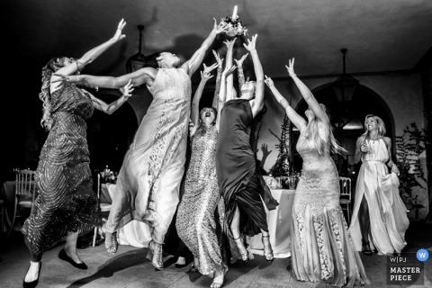 Milan gasten springen voor het boeket bij de receptie | Lombardia bruiloft fotojournalistiek