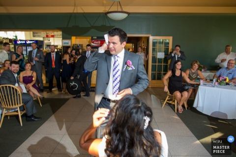 De bruidegom van Washington DC veegt het zweet op zijn voorhoofd af District of Columbia fotografie