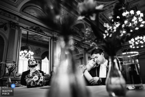 Baden-Württemberg-Braut und Bräutigam umarmen sich an der Rezeption Deutschland Hochzeitsfotografie