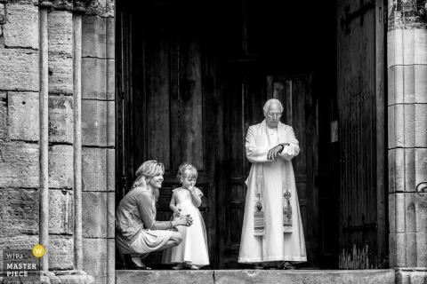 Der Toronto Priester schaut auf seine Uhr, während er auf die Braut und den Bräutigam wartet Ontario Hochzeitsfoto