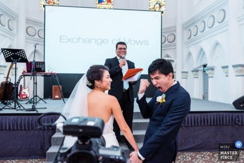 fotografia ślubna w Singapurze | w pomieszczeniu podczas ceremonii