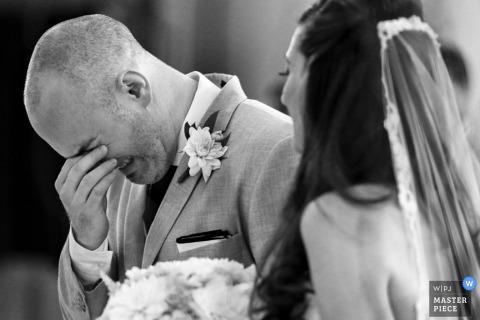 Zdjęcie pana młodego ze łzami podczas tej ceremonii w Ontario | top fotograf ślubny Ottawy
