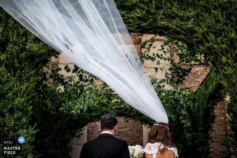 zdjęcie ślubne z wietrznego wydarzenia w Chicago | Ceremonia ślubna zadawala ciosy dla panny młodej