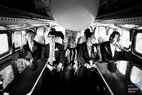 Noord Holland Brautparty sitzt in einem Bus | Niederlande Hochzeitsfoto