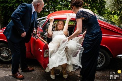Kent les mariés portent un toast lors de la réception | Photographe de mariage en Angleterre