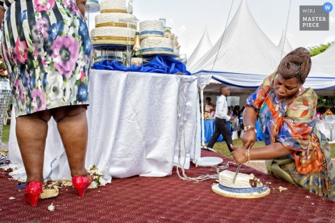 Toronto women cutting cake on the floor | Ontario wedding photography
