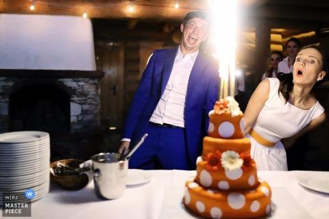Mielec braut und bräutigam überrascht, als die kuchen kerzen anzünden Podkarpackie Hochzeitsfoto