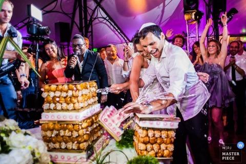 Occitanie Braut und Bräutigam lachen, als ein Teil des Kuchens an der Rezeption umkippt Frankreich Hochzeitsfotojournalist