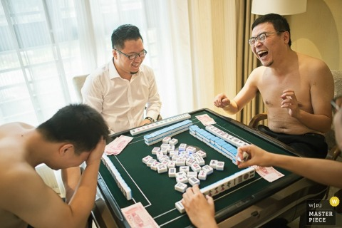 Shaanxi groom and groomsmen playing a game before the wedding | China wedding photo