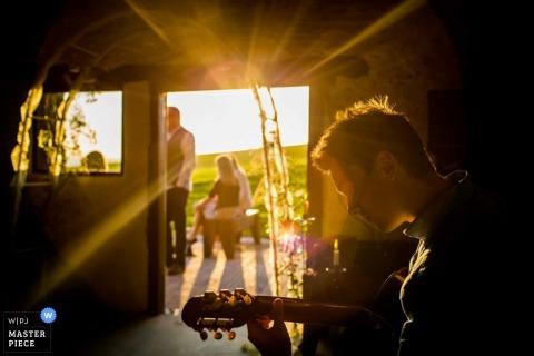 Devon gasten genieten van muziek bij de receptie | Engeland bruiloft reportage fotografie