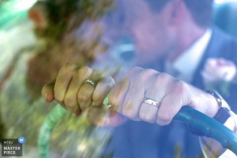 Panna młoda i pan młody Ottawa kładą ręce na kole szterlinga, pokazując obrączki | Fotografia ślubna Ontario
