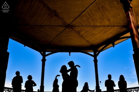 A Brazil couple during their pre-wedding portrait session outside in public gazebo | São Paulo photographer