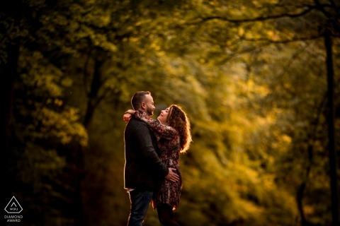 訂婚照片拍攝在盧森堡公園在下午太陽