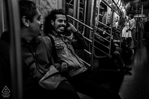 Verlobungsfotos in einer überfüllten U-Bahn.