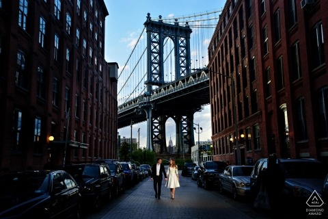 NYC Engagement-foto's. Brooklyn Bridge-portretzitting in het midden van de stadsstraten.