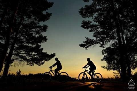 Winnipeg-Engagement-Fotograf. Portraits vor der Hochzeit auf Fahrrädern.