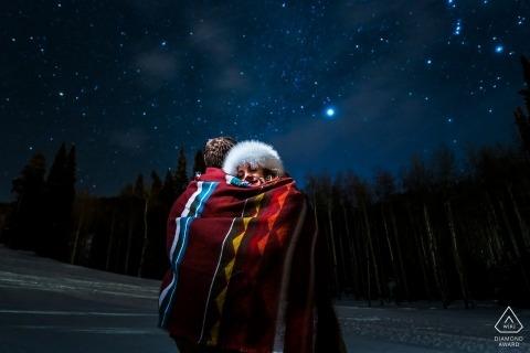 Boulder Engagement Foto 's nachts met een paar onder de sterren in een gedeelde deken