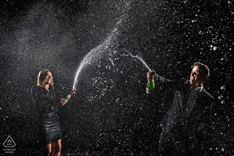Colorado Engagement Foto van een paar champagne spuiten in de nachtlucht.