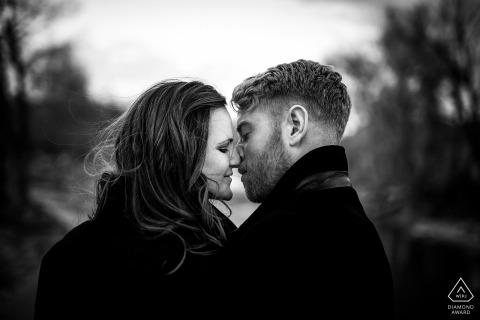 Colorado Engagement Photography portret sessie in zwart-wit. Zoenende paar foto's.
