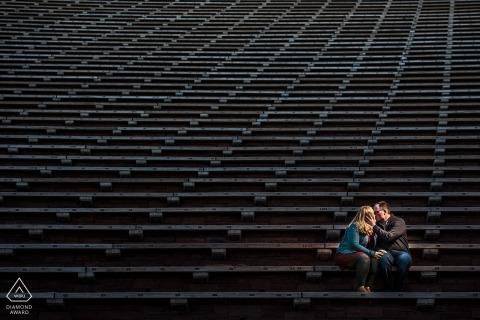 Boulder Engagement Photography-sessie over de bleacherstoelen in het stadion.